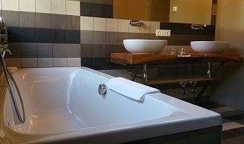 Spacious bath in the bathroom in the Tradition holiday apartments